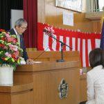 敦賀市内新小学1年生への黄色いランドセルカバー贈呈
